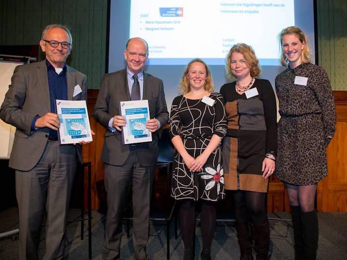Overhandiging rapport aan ZonMw en KWF. V.l.n.r. Edvard Beem (plaatsvervangend directeur ZonMw), Michel Rudolphie (algemeen directeur KWF Kankerbestrijding), Pauline Meij (LUMC), Louise Veltrop-Duits (LUMC), Sofieke de Wilde (LUMC).